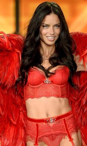 A modelo brasileira Adriana Lima é um dos destaques do Victoria's Secret Fashion Show, que será exibido no canl a cabo TNT