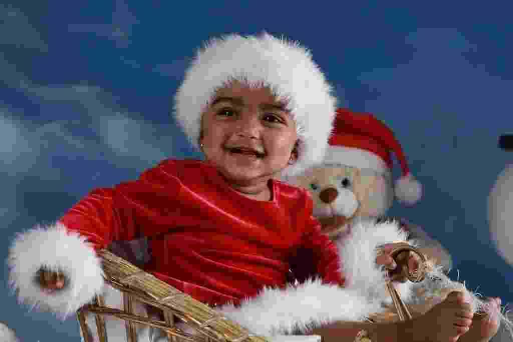 Lorena, com oito meses na ocasião do ensaio realizado pelo fotógrafo Roni Sanches (http://www.ronisanches.com), usou figurino natalino para seu book de Natal - Divulgação/Roni Sanches