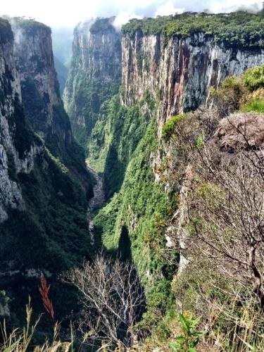 O cânion do Itambezinho é uma das atrações do Parque Nacional Aparados da Serra, que pode ser visitado a partir da cidade gaúcha de Cambará do Sul. Muitas trilhas no local são de fácil acesso e percurso
