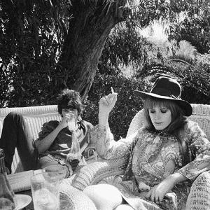 O mítico guitarrista dos Rolling Stones Keith Richards ao lado da cantora Marianne Faithfull - Reprodução