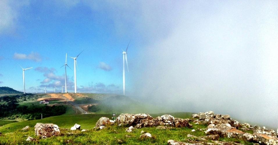 Perto da Serra do Rio do Rastro, em Santa Catarina, é possível avistar um parque eólico com 62 aerogeradores de até 70 metros de altura