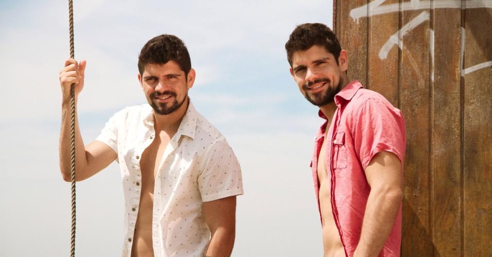 """Tiago e Diego Homci, que interpretam João José e José João em """"Além do Horizonte"""", contam que na vida real já dividiram a mesma mulher"""
