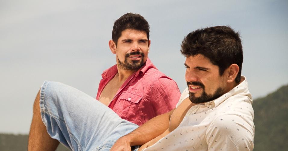 """Tiago e Diego Homci, que interpretam João José e José João em """"Além do Horizonte"""", em ensaio de moda"""