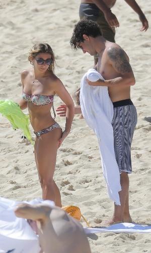 12.dez.2013 - Alexandre Pato ajeita biquíni da namorada Sophia Mattar enquanto os dois passam o dia em praia no Caribe. O jogador de futebol apareceu publicamente com Sophia pela primeira vez em setembro deste ano
