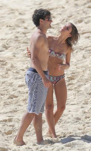 12.dez.2013 - Alexandre Pato se diverte em praia do Caribe com a namorada Sophia Mattar. O jogador de futebol apareceu publicamente com Sophia pela primeira vez em setembro deste ano