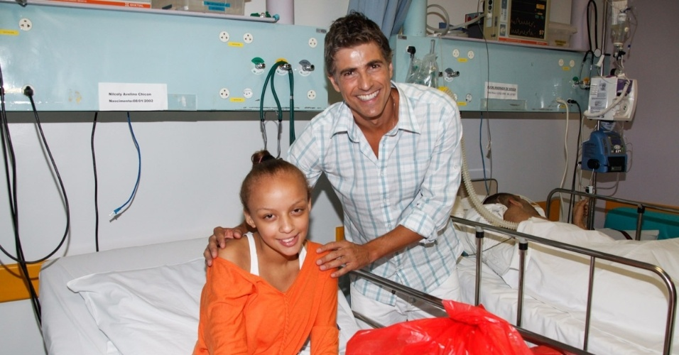 17.12.2013 - Reynaldo Gianecchini leva presentes e tira fotos com pacientes do GRAAC (Grupo de Apoio ao Adolescente e à Criança com Câncer)
