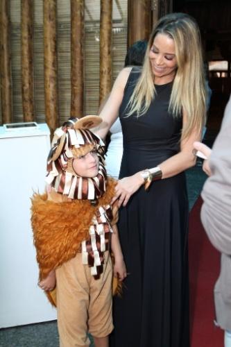 18.dez.2013 - Danielle Winits arruma Noah para sua festa de aniversário