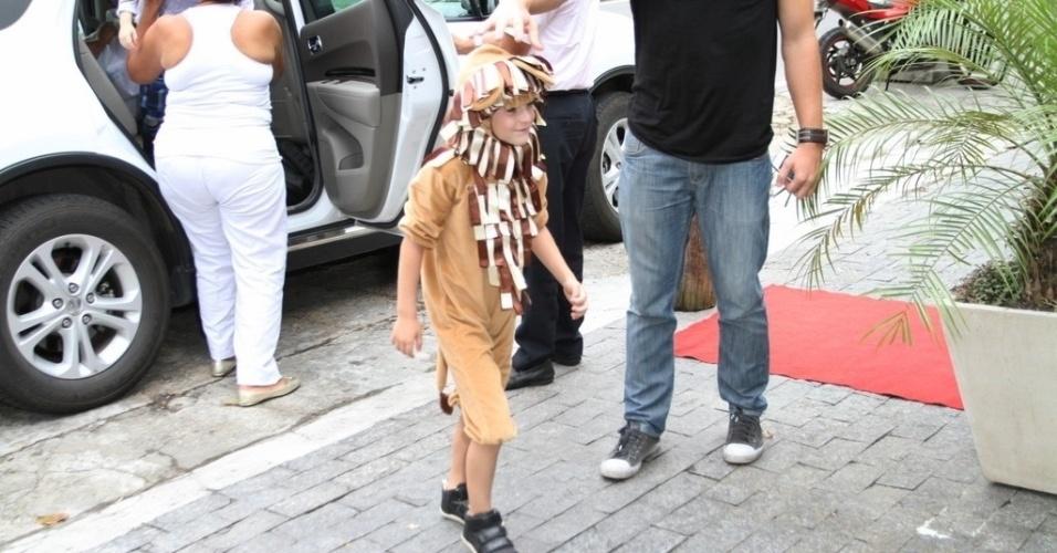 18.dez.2013 - Noah chega para sua festa de aniversário, no Rio de Janeiro