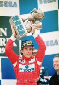 Senna ergeu o troféu de Sonic entregue para o vencedor do XXXVIII Sega European Grand Prix, em 1993