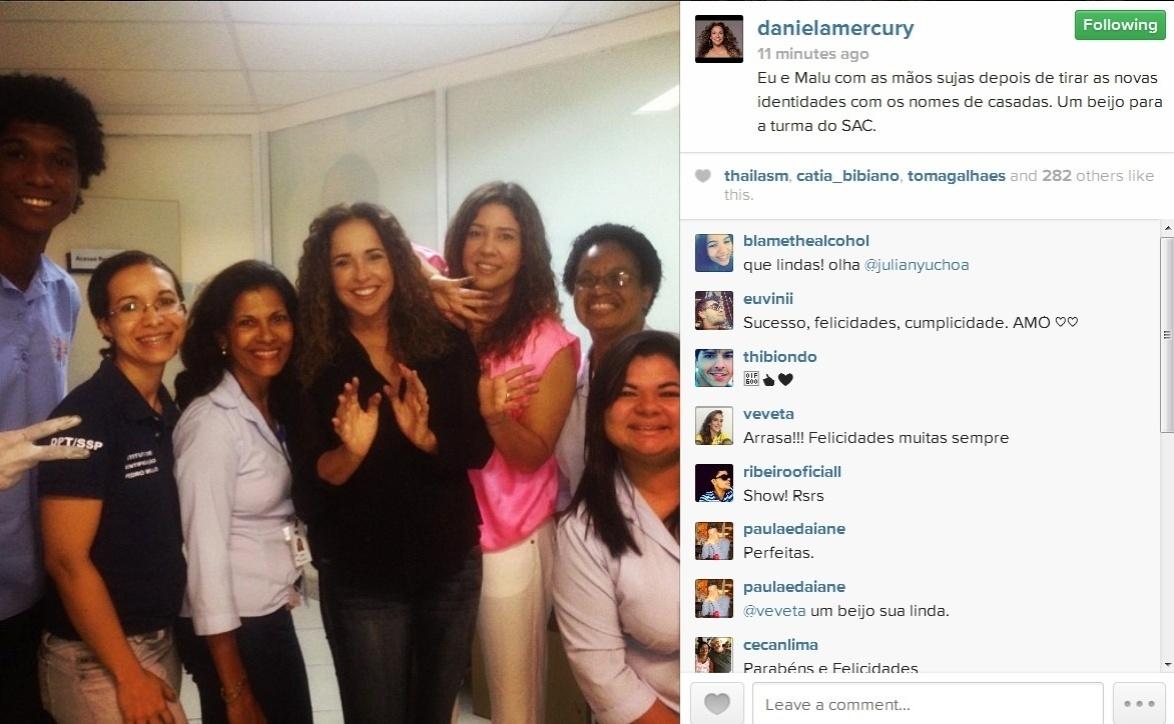 Daniela Mercury e a mulher tiram identidades com os nomes de casadas.