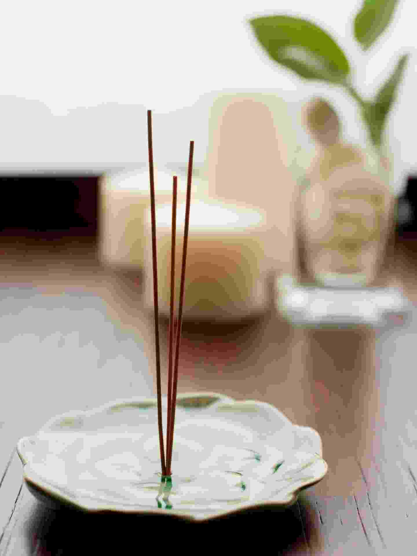 Para energizar a casa na virada do ano, acenda um incenso. O de lavanda, por exemplo, ajuda a estimular o bem estar na lar I  Fonte: Titi Vidal, radiestesista, astróloga e taróloga (www.titividal.com.br) - Getty Images