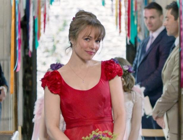 """Rachel McAdams entra na igreja com vestido de noiva vintage e vermelho, em cena de """"Questão de Tempo""""  - Divulgação"""