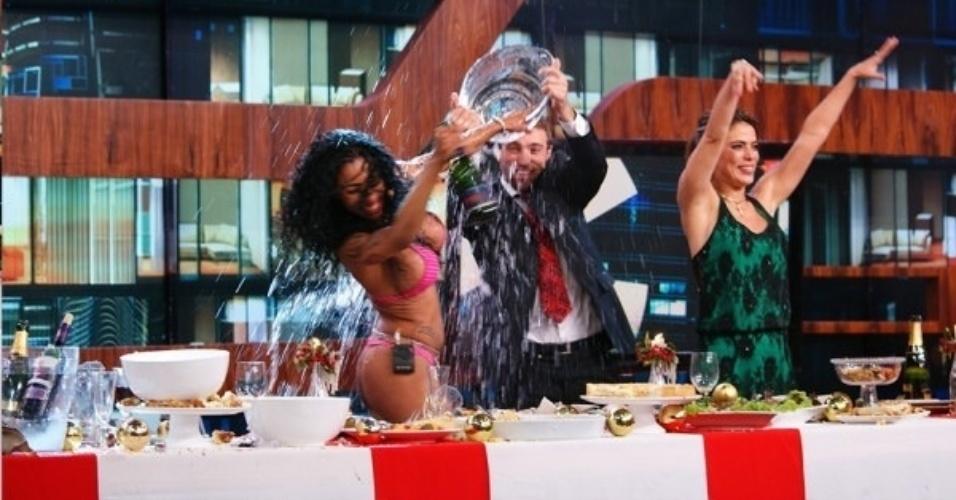 """19.dez.2013 - Convidados fazem guerra de comida durante a """"anti-ceia"""" do """"Agora É Tarde"""" de Natal, vetado pela Band"""