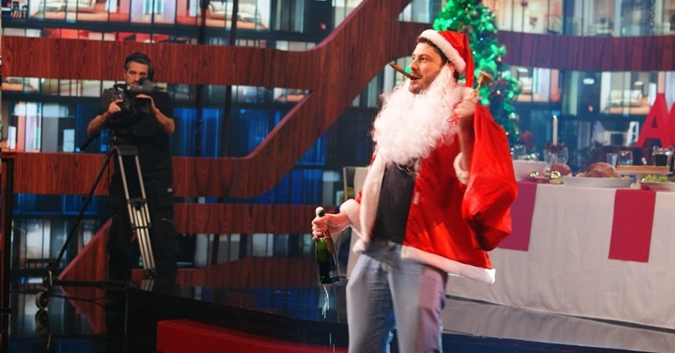 19.dez.2013 - Danilo Gentili de Papai Noel durante a