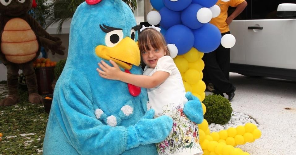 19.dez.2013 - Rafa Justus, filha de Roberto Justus e Ticiane Pinheiro, prestigiou a festa de um ano de Helena, filha de Rodrigo Faro