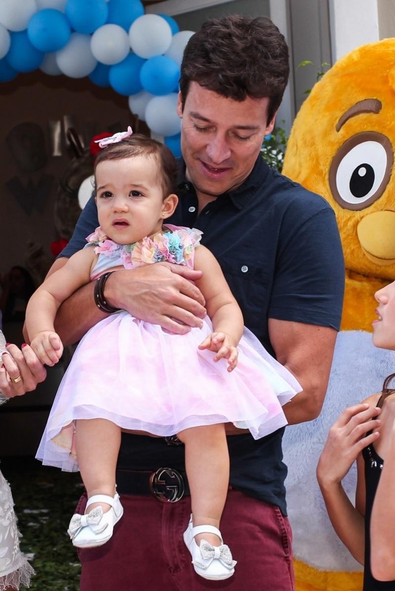 19.dez.2013 - Rodrigo Faro e a mulher, Vera Viel, celebraram o aniversário da filha caçula Helena