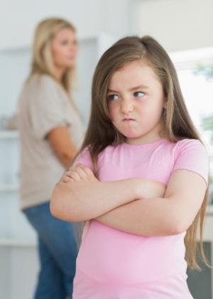 Por mais que tenham interesse em conquistar o enteado, padrastos e madrastas não devem aceitar comportamentos hostis da criança  - Getty Images
