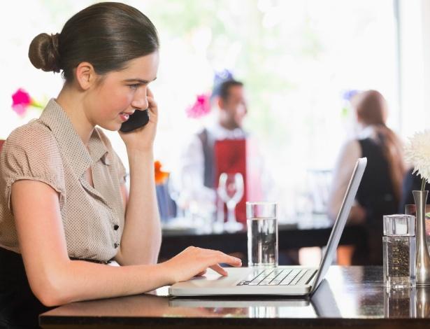 Segundo especialistas, celulares e computadores não devem fazer parte de compromissos sociais - Getty Images