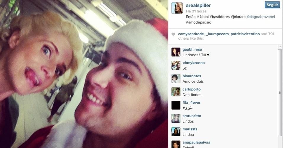 """18.dez.2013 - O clima de Natal chegou também aos bastidores de """"Joia Rara"""". Letícia Spiller, a vedete Lola da trama, publicou uma foto em que fazia careta ao lado do colega de cena Tiago Abravael, que usava um gorro de Papai Noel"""