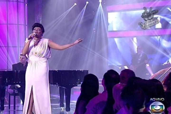 19.dez.2013 - Cecília Militão cantou
