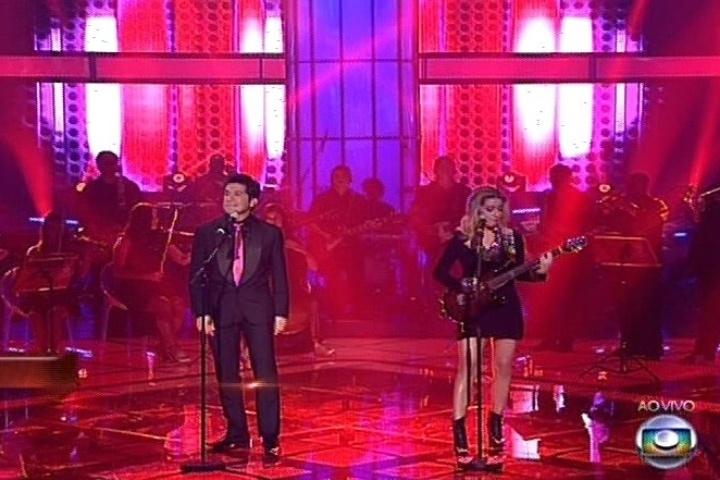 """19.dez.2013 - Daniel e Luiza Possi cantam """"Portão"""", de Roberto e Eramo Carlos"""