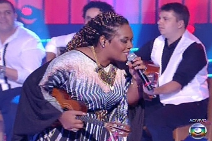 19.dez.2013 - Gabby Moura cantou
