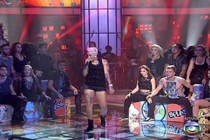19.dez.2013 - Luana Camarah cantou