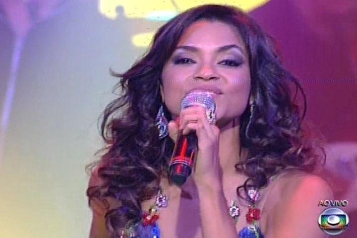 """19.dez.2013 - Lucy Alves cantou """"Festa do Interior"""", sucesso na voz de Elba Ramalho, e vai para a final do """"The Voice Brasil"""""""