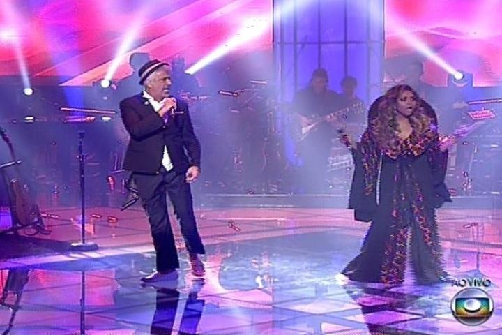 """19.dez.2013 - Lulu Santos e Gaby Amarantos, que foi sua assistente no programa, cantam """"Sereia"""" e """"Ex-Mai Love"""" na semifinal"""