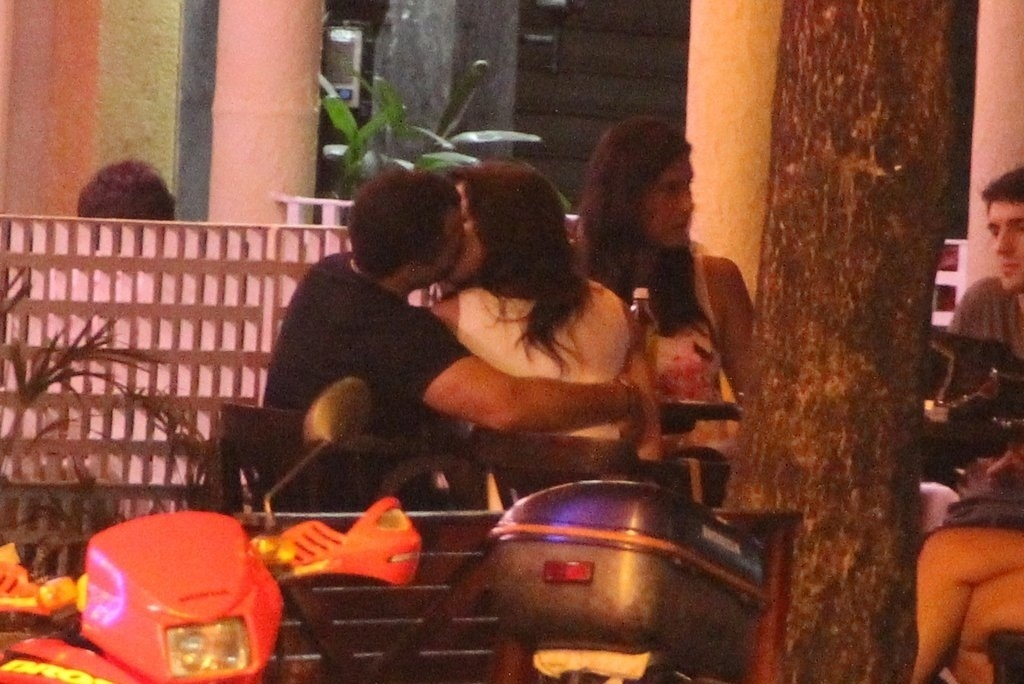 19.dez.2013 - Malvino Salvador e Kyra Gracie são fotografados aos beijos em restaurante no Leblon, na zona sul do Rio