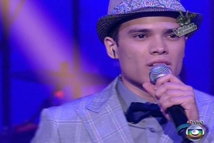 19.dez.2013 - Marcos Lessa cantou