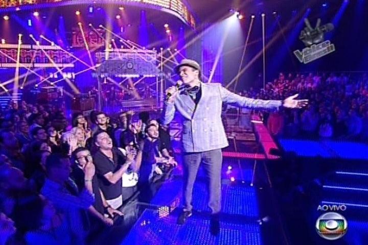 """19.dez.2013 - Marcos Lessa cantou """"Travessia"""", de Milton Nascimento. O cantor deixa o """"The Voice Brasil"""""""