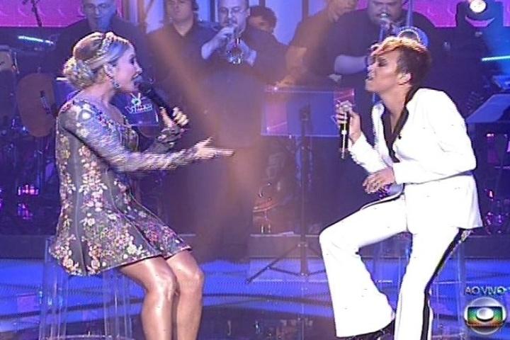 """19.dez.2013 - O primeiro dueto da noite é com Claudia Leitte e Maria Gadú, que foi assistente da técnica na segunda fase do """"The Voice Brasil"""". As duas cantam """"Eu Só Quero um Xodó"""""""