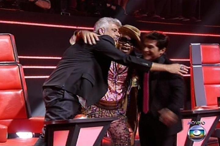 19.dez.2013 - Os técnicos Lulu Santos, Carlinhos Brown e Daniel comemoram as apresentações