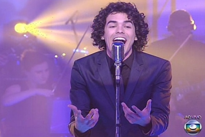 19.dez.2013 - Sam Alves cantou