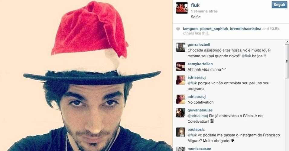 9.dez.2013 - Sem abrir mão de seu chapéu, o cantor Fiuk entra no clima natalino usando um gorro de Papai Noel