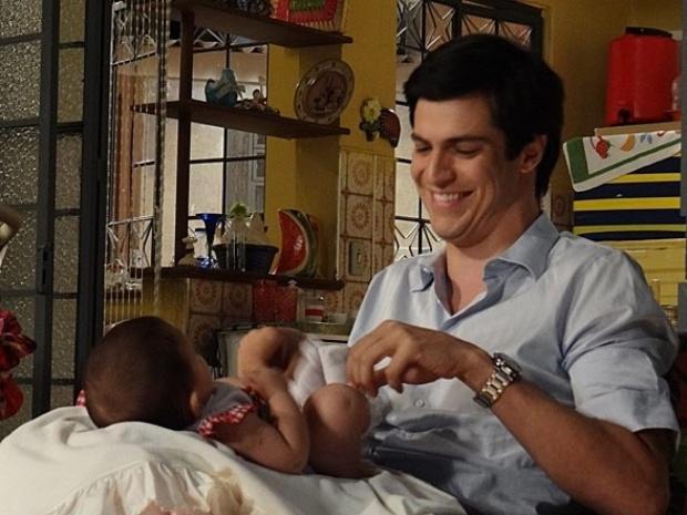 """Em """"Amor à Vida"""", Félix se torna babá de Marijeyne"""