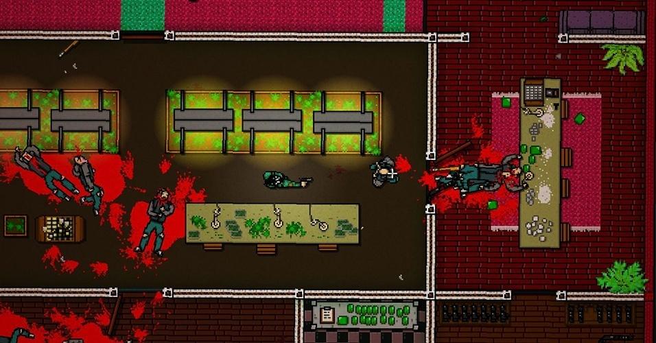 """""""Hotline Miami 2: Wrong Number"""" continua sua jogabilidade frenética, seja adaptando os eventos do primeiro jogo para o cinema, ou pelos fãs do protagonista querendo recriar seus massacres"""