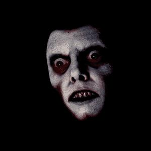 MENSAGENS SUBLIMINARES - O filme faz uso do flash de imagens estáticas durante o filme, como o rosto do demônio que possuiu Regan. O diretor William Friedkin admitiu o uso dos flashes, mas disse que eles são usados pelo efeito dramático e não são mensagens subliminares propriamente - Reprodução