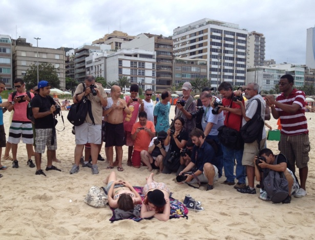 """""""Toplessaço"""" do Rio, organizado para marcar o primeiro dia do verão, teve baixa adesão (21 dez. 2013) - Júlia Carneiro/BBC Brasil"""