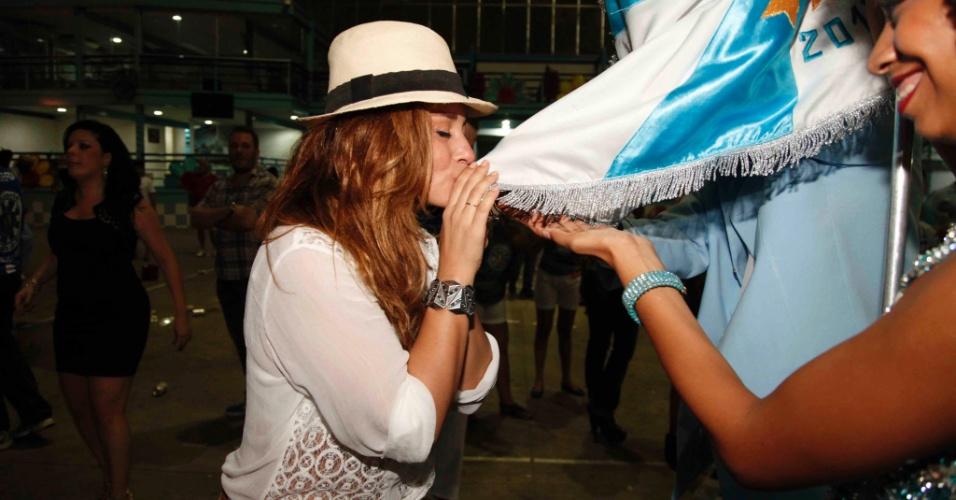 21.dez.2013 - Atriz Suzana Pires beija a bandeira da escola Vila Isabel