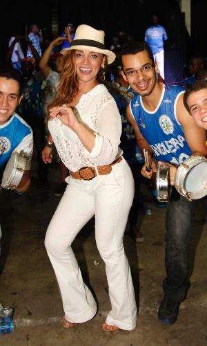 21.dez.2013 - Atriz Suzana Pires posa com integrantes da bateria da escola Vila Isabel