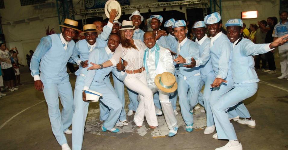 21.dez.2013 - Atriz Suzana Pires posa com integrantes da escola Vila Isabel, atual campeã do Carnaval Carioca