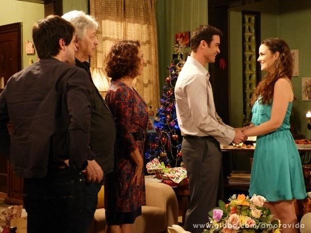 24.dez.2013 - Elias (Sidney Sampaio) pede a mão de Gina (Carolina Kasting) na noite de Natal