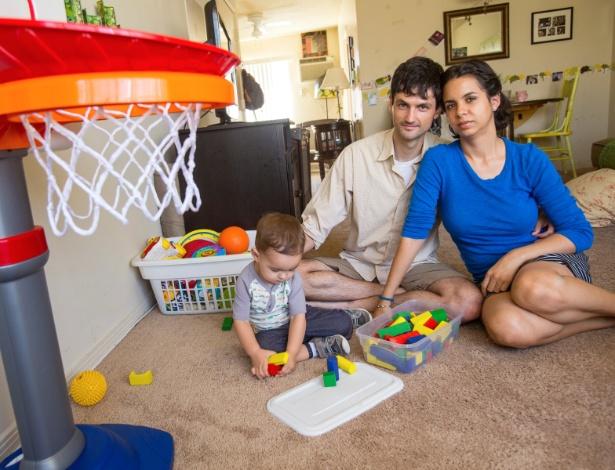 A roteirista Delondra e o marido, Nick, com o filho deles, Jude, de 1 ano e 4 meses, no apartamento em que a família mora, em Los Angeles - David Ahntholz/New York Times