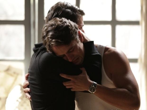Franz consola o irmão, que fica muito triste com a morte de Sílvia