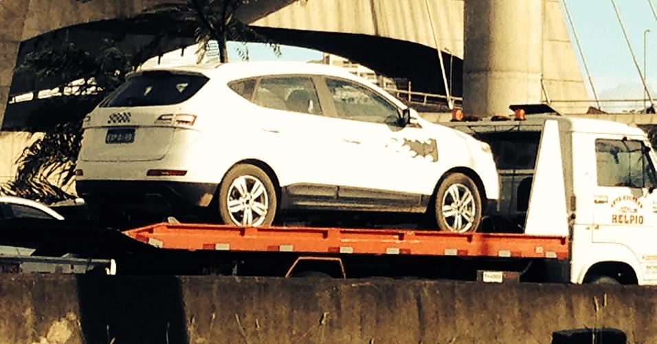 JAC S5 é levado em plataforma por avenida de São Paulo; SUV da marca chinesa chega em 2014 para concorrer com Hyundai ix35