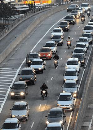 """Algumas motos circulam em trânsito parado em São Paulo: """"filme queimado"""" afasta novos usuários - Infomoto"""