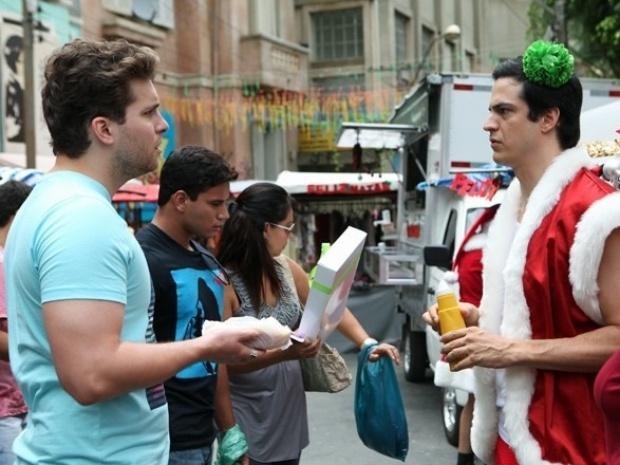 Niko flagra Félix vendendo hot dogs na 25 de Março