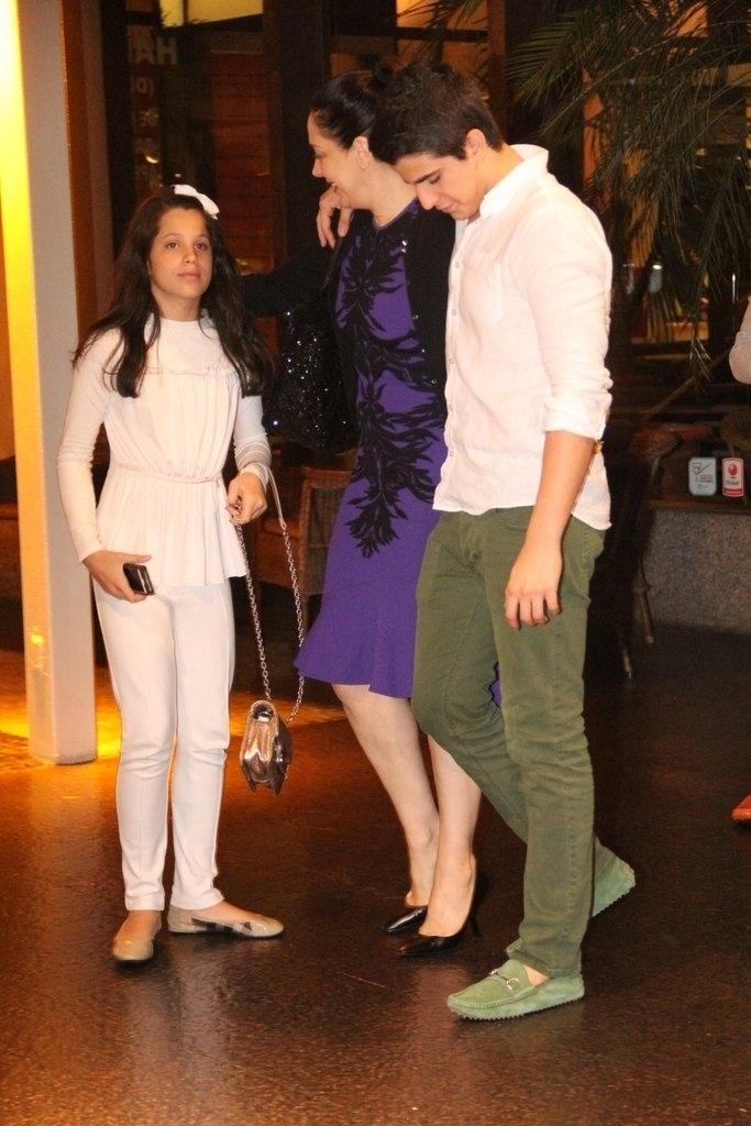 23.dez.2013 - Claudia Raia comemora seu aniversário de 47 anos ao lado dos filhos Enzo e Sophia e de amigos, em restaurante na zona oeste do Rio